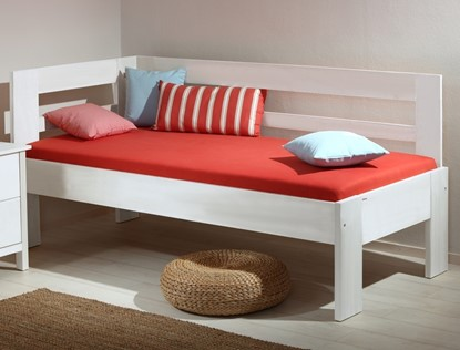 Bílá postel z masivu vhodná do dětského pokoje. Gazel